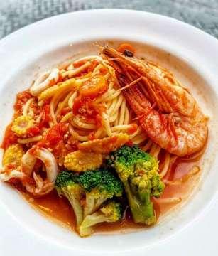 Spaghetti Seafood with Tomato Sauce @banainai_id bisa jadi ide makan enak dan sehat 👌👌👌 Nowadays, trend makanan sehat mulai booming di Jakarta. Pertanyaannya bukan siapa yang duluan atau belakangan tapi siapa yang beneran sehat atau cuman 'sehat' aja? Buat saya concept sehat itu masih target ke niche market which is belom semua orang hidup sehat, jadi pikirin dulu mateng-mateng konsep sehatnya seperti apa dan apa menunya juga nutrition factnya. Karena mereka yang benar hidup sehat pasti bisa bedain mana yang sehat mana yang cuman 'sehat'. Bukan begitu? — #AH #AaronHandajani #AHMasterclass
