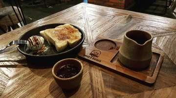 Disini habis hujan . . . . #coffee #coffeebreak #butfirstcoffee #coffeeprops #masfotokopi #manmakecoffee #proudyourlocalcoffeeshop #indonesiancoffeeshop #coffeeshopbogor #coffeeshop #specialtycoffee #bakedandbrewed #anakkopi #ottencoffee #coffeeoftheday #withgalaxy #kopiselaluistimewa #bogor
