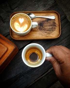 Pagi lebih asik . . . #morningcoffee #butfirstcoffee #splitshot #masfotokopi #manmakecoffee #thfcoffee #specialtycoffee #kopiselaluistimewa #anakkopi #hobikopi #indocoffeegram #withgalaxy #cupinframe #foodinhands #coffeeporn #coffeeprops