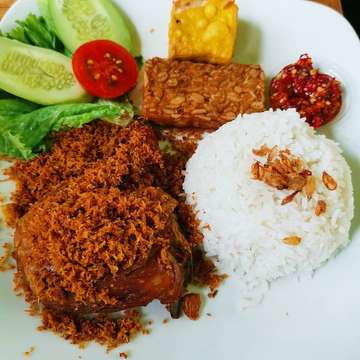 Tong tji mie godok and ayam serundeng. Mantul. #tongtji #mie #miegodok #ayamgoreng #ayamserundeng #kulinerindonesia #kulinerbandung #kulinernusantara #indonesia #bandung #ciwalk #cihampelas #food #foodporn #instafood #friedchicken #noodle #chickennoodle #culinary #spicy #spicyfood #huaweimate20pro #mate20 #mate20pro