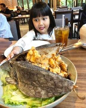 Pas banget milih tempat bukber bersama Keluarga @dermagamakassar.bsd @thebreeze_bsd . Tempatnya pas utk Keluarga, makanannya enak semua 👌🏻😋 . Cumi goreng tepungnya renyah banget blm sempet di foto uda langsung habis sama bocah2 😅 . #dermagamakassarseafood #seafood #indonesianfood #foodporn #instafood #food #foodie #foodgasm