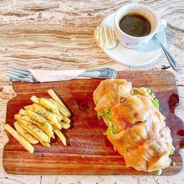 ・ Crematology Coffee Roasters / Jl. Suryo (@crematology ) *Smoke Salmon Tartin *Americano ・ セノパティにあるCrematology Coffee Roastersのスモークサーモンタルティーヌ☆さすがカフェ激戦区にあるお店は違う。具沢山ですごく美味しいです! ・ #jakarta #jakartafood #jakartafoodies #jktfoodies #jktfood #jktgoodfood #makananjakarta #cafejakarta #kafe #cafehopping #coffeelover #coffeeshopjakarta #kopiindonesia #kopijakarta #crematologycoffeeroasters #ジャカルタ #ジャカルタカフェ #ジャカルタグルメ #カフェ巡り #カフェランチ #サーモン #コーヒー好き #カフェ好き