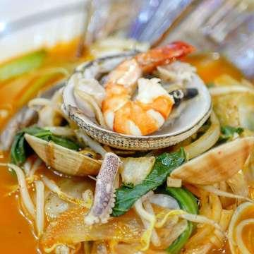 ・ Legend of Noodle (@legendofnoodles ) *Jajangmyeon *Haemul Jjampong ・ セノパティにあるレジェンドオブヌードル☆ラーメンではなくうどんでもない独特の麺が特徴的でボリュームもすごい!ジャージャー麺は豚肉と玉ねぎが入ってほんのり甘い味付けがわたしは好きでした(^^)一番人気?の海鮮ちゃんぽんもピリ辛で美味しいです! ・ #jakarta #jakartafood #jakartafoodies #jktfood #jktfoodies #jktgoodfood #makananjakarta #koreanfood #koreannoodles #senopati #legendofnoodle #jajangmyeon #ジャカルタ #ジャカルタグルメ #韓国料理 #麺料理 #ジャージャー麺 #ランチタイム #韓国料理屋 #韓国料理大好き