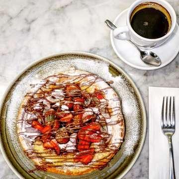 ・ Delifrance(@delifranceid ) *Royal Dutch Pancake *Americano ・ デリフランスのダッチパンケーキ☆フルーツたっぷりでものすごい満足感!キャラメリゼされたバナナがめっちゃ甘くて美味しい〜! ・ #jakarta #jakartafood #jakartafoodies #jktfood #jktfoodies #jktgoodfood #cafehopping #cafejakarta #bakerycafe #kafe #manisan #delifrance #dutchpancakes #ジャカルタ #ジャカルタグルメ #ジャカルタカフェ #ベーカリーカフェ #カフェ巡り #カフェタイム #ダッチパンケーキ #パンケーキ大好き