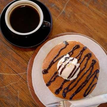 ・ Filosofi Kopi Shop Melawai (@filosofikopi ) *Pancake Ice Cream *Hot Long Black ・ ブロックMにあるフィロソフィコーヒーのパンケーキ☆出てきた瞬間、日本のホットケーキを思い出して感動しました(´༎ຶོρ༎ຶོ`)生地はふわふわで少しモチモチもしてて、口当たりがとっても優しい。甘さもちょうどよく、ほんっとに美味しいです!! ・ #jakarta #jakartafood #jakartafoodies #jktfood #jktfoodies #cafejakarta #jakartacafe #kafe #kopiindonesia #coffeeshopjakarta #coffeelovers #jktgoodfood #pancakes #makananjakarta #manisan #filosofikopi #ジャカルタ #ジャカルタカフェ #カフェ巡り #パンケーキ #パンケーキ大好き #カフェタイム #カフェ時間 #コーヒーブレイク