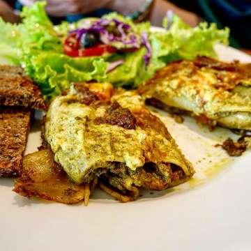 ・ Levant Boulangerie (@levantboulangerie ) *Quiche Salade(feta brocolli) *Lasagna pistou *Ice Tea *Bonne mine ・ Levant Boulangerieのキッシュ&ラザニア☆キッシュは1つが大きくてボリューム満点。焼き加減、具材の量、味つけ、全てがバランスよくてとっても美味しいです!ラザニアは見た目からして一風変わった雰囲気。味はバジルとカレーの風味でパンチのある印象でした✨店内も明るい雰囲気でとっても素敵でした😊 ・ #jakarta #jakartafood #jakartafoodies #jktfood #jktfoodies #jktfoodhunting #jktfooddestination #makananjakarta #levantboulangerie #explorejakarta #jktgoodfood #fotojakarta #makananenak #jakartakuliner #ジャカルタ #ジャカルタグルメ #ジャカルタカフェ #カフェめぐり #カフェランチ #キッシュ #ラザニア #ベーカリー #美味しいお店 #美味しいもの