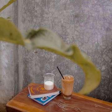 Tenang saja, senin tak pernah tertukar dengan minggu.  #coffeeaddict #dailycoffee #instanature #coffeeshop #coffeemaker #manmakecoffee #baristadaisy #morningvibes #morningcoffee #instagramers #instagram #instadaily #vsco #vscocam #lightroom #masfotokopi #anakopi