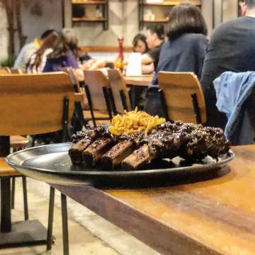 Some gorgeous #Ribs at @holysmokesid along with the best #Brisket ever! Highly recommend this place for some decadent meat loving!! #Beef #BBQ #barbecue #holysmokes #nightout #jakarta