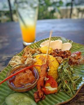 Makan = Nasi 😂 . . Nasi campur special (nasi kuning) & orange squash was so yummy 🤗 . . . #bali #balilife #thebalibible #explorebali #liburanbali #travel #photooftheday #photography #travelphotography #travelgram #travelblogger #instagram #love #picoftheday #vacation #trip #holiday #igtravel #wanderlust #mytravelgram #adventure #food #foodporn #foodie #foodstagram #balifoodies #nasicampurbali #nasikuning #milubynook #canggu