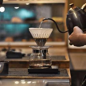 "Obrolan santai yang bikin customer senyum"" .. Gua : gimana ka kopi nya ? 👨 : Enak ko mas ,ga begitu pait .. Gua : berasa ada manis nya ga ka ? 👨 : Mmmm emang kalo kopi filter ada manis nya ya mas , walaupun ga pake gula .. ?? Gua : kopi filter nya emang ga manis ka ,kan namanya juga kopi tanpa gula .. 👨 : Terus ko bisa ada manis nya mas ? Gua : mungkin senyuman Barista nya ka yang bikin kopi nya berasa manis .. hahhaa 😂 👨 : Senyum"" sambil bilang aaahh mas bisa aja ni .. Gua : iyaa ka saya mah bisaan ko wkwkwwk .. #masfotokopi #manualbrewonly #huntingfoto #huntingkopi #pigeonholecoffee #ngopidibintaro #andiihuntinglagi"