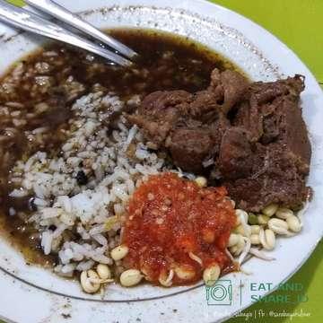 ⬇️ ========== ON FRAME ========== 🍛 Nasi Rawon - Rp 28.000,- ✅ Halal ------------------- 🏠 Rawon Setan - Jl. Embong Malang No. 78, Surabaya 📞 - ⏰ 08.00 - 23.59  #nasirawon #rawon #rawonsetansurabaya #eatandshare_id