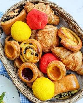 Wooooo sekeranjang new pastry dari @kempideli pengennya bawa pulang semua!!! Enak-enak guys! Biar kalian gak bingung kalo kesana milih yang mana, gue kasih rekomennya : Kouign Amann wajib kalian coba, ada 3 rasa original, Mango dan Raspberry. Originalnya aja sudah enak! Croissant juga gak boleh ketinggalan, Almond, Chocolate dan Cheese. Terus variant Denish, rasanya seger ada Mango, Raspberry, Raisin, Orange dan gak ketinggalan favouritenya Chocolate Denish. Cuss ke @kempideli karena new pastry ini udah bisa dicobain langsung gak pake lama 👌😆 #kempideli #kempinski #pastry #bread #croissant #chocolate #snack