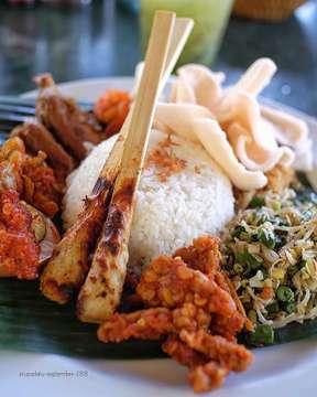 • udah pada makan siang belum gaes? • 😋 . . . . . . . . . . . #nasicampurbali #satelilit #bebektepisawahubud
