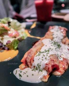 -ODYSSEIA- Yuhuu akhirnyaa kesampean juga nyobain makanan disini😍 tempatnya ada didalem Pacific Place dan nyaman buat ngerjain tugas, ngobrol sama temen maupun buka puasa loh guys😁 walaupun harganya cukup pricey tapi worth it bangeet untuk dicobaa👍 . Truffle Beef Lasagna 💵 IDR 98,000 Sumpah ini beef lasagnanya enak banget paraaaaahhhh😍 isian untuk lasagnanya ada beef bolognaise, creamed spinach dan truffle. Lasagnanya lembut dan ga bikin enek samsek soalnya ada beberapa lasagna yang bikin enek. Soo buat kalian yang pengen kesini dan bingung mau nyobain makanan apa yang enak, wajub banget kalian nyobain ini👍 . Classic Cheesecake 💵 IDR 55,000 Dessert ini merupakan best seller di Odysseia. Kuenya lembut banget dan layer bawahnya semacem rasa coklat dan diatasnya ada selai dan buah ceri, dikira aku bakalan manis banget taunya manisnya pas 👍 selain kue ini ada juga yang best sellernya seperti almond lair dan banoffee . 📍@odysseia_allin Pacific Place Mall, Lantai South Lobby . .  #asikuliner #jktfoodbang #jktspot #jktfood #zomatoindonesia #pergikuliner #pacificplace #pacificplacemall #odysseia #trufflebeeflasagna #classiccheesecake #infomakanan #laperbanget #pasta #enak #yummy #foodphotography #foodblogger #foodporn #foodie #instagood #instafood #pergikuliner #jktinfo #makanan
