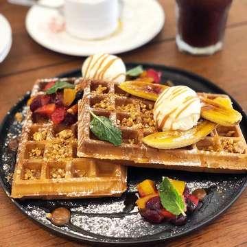 Super big waffle 🍓🍑🥞 📍The Thirty Six Medan  taste 4/5 . . . #eeeeeats #devourpower #buzzfeed #buzzfeedfood #feedfeed #exploremedan #eatandtreats #foodbeast #dailyfoodfeed #igsg #instagram #food #foods #foodiegram #foodography #f52grams #foodnetwork #beautifulcuisines #foodoftheday #indonesianfood #indonesia #medanfoodie #medan #makan #medanfood  #breakfast #breakfastclub #waffles #begahbarengmedan