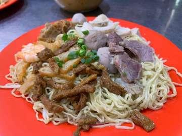 Kuliner bakmi minggu ini 🚴🏻♂️ : Bakmi Ace Disini kita coba 2 macam mie, mie special dan mie kepiting. Both are nom nom nom, bakmi specialnya lengkap ada bakso, sapi iris, dan babat. Mereka juga jual kue2 😍😍😍 oh iya kita jg pesan es jeruk sonkit (lupa difoto hiks) rasanya segarrr banget, apalagi abis panas2 sepedaan keliling Jakarta ☀️. Must try!! Our rating : ⭐️⭐️⭐️⭐️ Harga : 25.000 - 47.000 Alamat : Jl. Rajawali, Kemayoran Jakpus #foodblogger #kulinerbakmi #foodblog #foodreview #bakmilover #foodphotography #foodgasm #jakartaculinary #jakartafood #bakmienakjakpus #bikemiereview