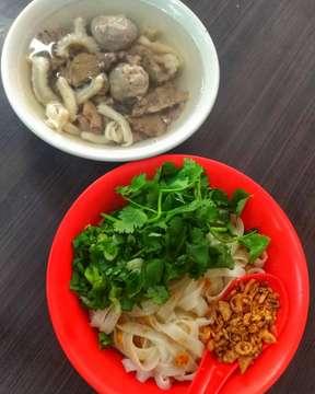 Bakso Akiaw 99 --- Salah satu bakso yg legendaris di Jakarta, ratingnya di Zomato juga tinggi banget 4,7/5. Gw milih menu paket biar bisa nyoba semuanya trus bisa milih mau mie, kwetiaw, atau bihun. Gw milih kwetiaw, krn mienya cukup tebal yg bukan preferensi gw jadinya main aman aja. Kwetiawnya rasanya dominan garlic krn dikasih bawang goreng banyak banget sama minyak bawang putih juga dan cukup nendang. Bomb-nya ada di mangkok putih yg isinya berbagai bagian sapi. Baksonya enak banget, dari segi tekstur cukup empuk walaupun gak sehalus bakso samrat tapi rasa dagingnya rich banget. Yang diluar ekspektasi adalah daging sapinya yg dari penampakan sepertinya well done dan gak akan expect bakal juicy. Ternyata juicy banget dan ini daging sapi yg rasanya paling sapi yg pernah gw makan sih, strong banget gila ga ngerti lagi dagingnya diapain dulu. Babatnya tender, nggak ngeyel waktu digigit walaupun rasanya plain. Kaldunya juga punya rasa umami yg kuat dan cukup ringan. Overall ini enak banget, memang bener2 legendaris sih. Tempatnya di daerah mangga besar dan baru buka jam 3 sore. --- Score: 9,132/10 --- #binacinilapproved
