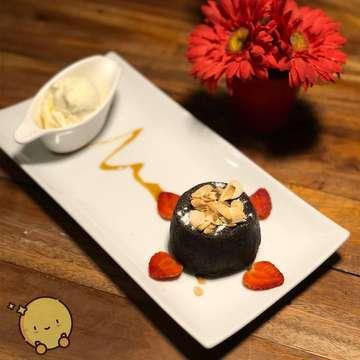 Choco Lava Cake served with Vanilla Ice Cream . Looks like simple chocolate cake from the outside but has irresistible center of warm dark chocolate flowing through when you cut it. . 📍: Jalan Boulevard Utara RA 11 No 18 - 19 Kelapa gading, RT.13/RW.15, Pegangsaan Dua, Klp. Gading, Kota Jkt Utara, Daerah Khusus Ibukota Jakarta 14240. . 💰 : 💲💲 . #bocahcentong #jakartakuliner #kulinerjakarta #makananenak #jakartafoodie #jakartafood #makananindonesia  #makanenak #foodporn #foodgasm #jktculinary #kulinerindonesia #foodstagram #foodblogging #jktfoodies #jktkuliner #jktfood #jakartafood #indonesianfood #chocolate #cake #sweets #dessert #kue #moltencake