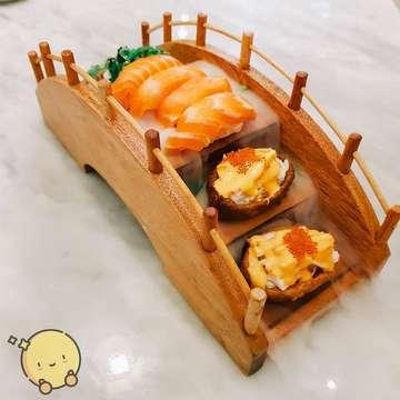 Kintaro Sushi adalah salah satu restaurant jepang yang rame banget dikunjungin (sampe kadang baris nya sampe diluar). Hari ini #BocahCentong mampir ke @kintarosushijkt yang letak nya di Pantai Indah Kapuk untuk makan malam. . Setelah #centongin makan sushi disini, ga aneh sih bisa pada rela ngantri untuk makan disini. Selain Kintaro pake bahan-bahan berkualitas yang seger banget, plating nya juga gemes banget. Efek biang es nya buat penampilannya makin eksotis. Very instagramable ❤ . Hari ini kamu makan malem apa? Kalau liat makanan baru yang belum pernah kamu makan, #centonginaja lagi 😊