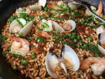 ☝🏻🤤 Ada yg pernah cobain Paella masakan nasi campur dari Spanyol? Penampakannya seperti yg om iwa posting ini.. om iwa cobain Paella Mixta @tapasclub.id yang isinya nasi dengan topping kerang, udang, ayam sama kacang polong.. bumbunya gak terlalu kuat kaya masakan timur tengah.. ayamnya empuk trus seafoodnya juga fresh masih kres kres gitu.. keliatannya kaya pedes yaa padahal gak pedes sama sekali.. porsinya jumbo ternyata.. itu yg difoto bukan ukuran sendok biasa loh.. itu ukurannya centong nasi.. #kuliner #kulineromiwa #kulinerjakarta #doyanjajan #doyanmakan #food #foodie #paella #seafood #spanishfood
