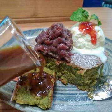 ☝🏻😍 Om iwa senang sekali makan disini.. matcha pancakenya @kamakura_fatmawati juaraaaa.. pas dipotong pancakenya masih ngebul anget.. toppingnya ada red bean sama vanilla ice cream.. dan syrupnya enak kaya surupnya lopis gitu.. enak! #kuliner #kulineromiwa #kulinerjakarta #kulinerjkt #doyanmakan #doyanjajan #food #foodie #foodporn #pancake #matcha #dessert #icecream #kamakuracafe #kamakura