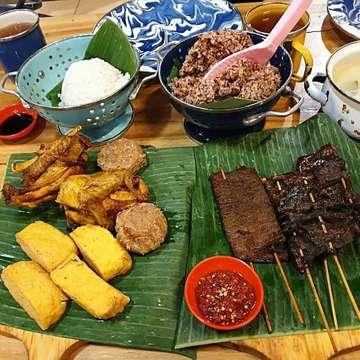 Anggap saja rumah sendiri ... Alhamdulilah udah weekend lagi setelah bbrp hari libur juga 😃 ... Buat para sahabat mitoha yang di Bandung, dan yang lagi liburan di Bandung, jangan sampe ga mmpir ya ke rumah kami, sajian resep mitoha nya mantaaap banget 👍🙏😋😘 ... ... www.boemi-mitoha.com ... 📌 Boemi Mitoha 🏠 Jl. Ciliwung No.15 ☎ 022-7279176 / 📞085798839937 ... .... #makanbandung #makanenak  #tempatmakanenak  #sambalpedas #tripadvisor #prasmananbandung  #mantap  #jalanjalanbandung #kulinerbandung #bandungcullinary #bandungkuliner #duniakulinerbdg #qraved #kulinerbdg  #tempatmakanunik #tempatmakanenakdibandung  #wisatabandung #kulinerunik #enakbanget #masakanindonesia #infokulinerbandung #infokulinerbdg #transvision #makanpakereceh #restoranbandung #infobandungraya #infobdg #kulinerbandungjuara #infobandung @ Boemi Mitoha