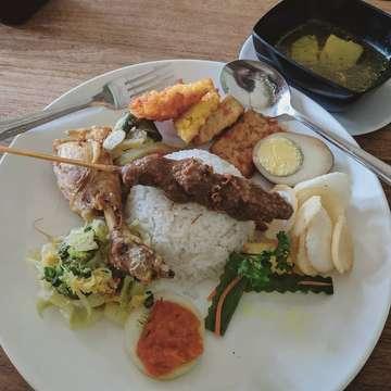 best nasi campur in ubud sepertinya 😁 #lunch #nasicampur #nasicampurbali #ubud #ubudbali #makanmakan #makanterusss