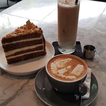 Late post...kmren sejenak keluar dari sby cari yang dingin2 sekalian kangen2an sama anak kecil lucuk @karlinafebri ...karena anak kecik nya msh sekulah mampir dulu ngopih di @ouramlg tempatnya enak cozy...kopinya enak ...kue2 nya endeus aku sukaaa...ada macam2 sliced cake, croissant dan donat...buat makanan berat bude pesen nasi bebek yg sambelnya mantap ...biar balance sehat pesen caesar salad yg seger dan porsinya banyak 🤩 This place recommended deh ...so far untuk pertama kali kunjungan bude cucok 👍  #ouramlg#oura#budekuskuliner#kulinermalang#instafood#yummy#likes4likes#malang#jajananmalang#restomalang
