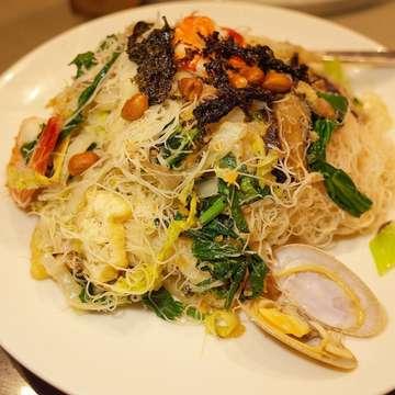 Feast at #putienrestaurant. #cenjbtd #cenmiejkt #cenkwetiao #lormee #oysteromelette #friedbeehoon #porkintestine #porkknuckle #putienrestaurant莆田菜馆 #putienindonesia