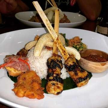 The best Nasi Campur, absolutely delicious 😋 and only $4.80 AUD!! . . . #bali #baliindonesia #balifood #balifoodie #sanur #sanurbeach #nasicampur #nasicampurbali #indonesia #indonesianfood #delicious #dinner #yum #yummyfood #instagood #instafood #balilife #explorebali #balicili #balitrip #balidaily #baligasm #travel