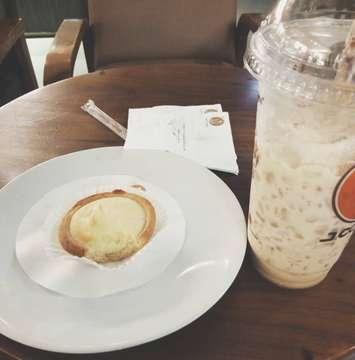 Kalau ke jco, beli minuman selalu rasa chocolate mint, tapi akhirnya mau nyobain tiramisu. Agak menyesal sih, karna pait (yaiyalahyaa namanya juga kopi) tapi pas nyobain pie keju nya, mantul uga, krim keju enaks ✨✨ @jcoindonesia . . . . . . . #jco #jcodonuts #jcoindonesia #jcoffee #tiramisu #coffee #piekeju #cheesepie #donutsjco #food #foodie #foodography #foodoftheday #foodlife #foodphotography #foods #foody #foodstagram #foodshare #foodporn #foodheaven #instafood #foodpassion #foodaholic
