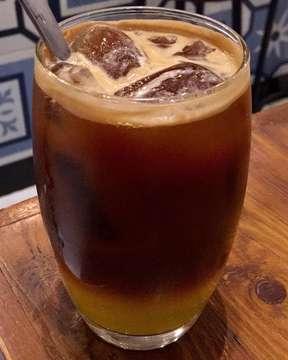 When In Solo: #SEKUTUKOPI  Salah satu tempat ngopi yang heits di Solo adalah 'Sekutu Kopi' @sekutukopi. Coffee shop ini menyajikan berbagai signature drinks yang unik, seperti Es Kopi Deg-Degan yang pake daging kelapa, Es Kopi Arumanis - yaitu es cappuccino dengan rasa mangga, dan yang aku pesan ini; Es Kopi Subuh yang isinya espresso pake air tonic dan sirup Sunquick.  Pas untuk diminum menjelang malam, karena kopinya tidak terlalu kencang dan ada rasa kecut-kecutnya. Segar deh, beib! Nah, kalo bingung di Solo mau ngopi dimana? Mampir kesini aja. . . . . .  #sekutukopi #sekutukopisolo #espresso #eskopi #coffee #solo #surakarta #soloinfo #kopisolo #coldbrew #kopi #foodie #coffeelover #instacoffee #cafesolo #solocafe #foodblogger #travelawan #cafe #instafood #instacoffee #foodphotography #coffeegram #chubbyrawit #igcoffee #wheninsolo #mytravelgram #indotravellers #chubbyeats #chubbyeatssolo #cafe #exploresolo