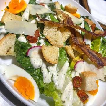 Today Dinner : . ✔️ PRAWN MAC & CHEESE ✔️GRILLED ROMAINE ✔️ FISH & CHIPS , semua 💯 sukak !! great ambience & food , good place to hangout. Love this restaurant . . . . . . #dinner #sunday #happyme #goodplace #restaurant #yummy #foodie #foodporn #endholiday #jktfooddestination #jktfoodbang #foodporn #nomnom #jakarta #kuningan #likeforlikes #pasta #salad #kuliner #kulinerjakarta #westernfood #recommended #goodplace