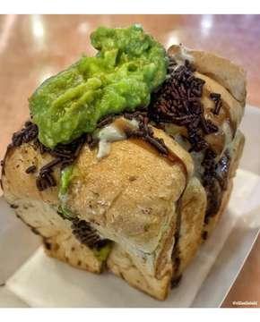 Roti Alpukat Kopi 🍞🥑 mari berbuka dengan yang maniez~ . #kupiplusruti #mkg #jakarta . #cillakuliner