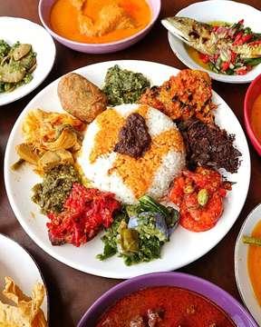 "Lagi momen weekend dan mau romantis2 gitu? Bisa aja kok pas banget kalian bisa romantis deh saling berbagi dengan ""Paket Komplit"" dari @sepiringpadang romantisnya jadi suasana berbeda kan... ———————— ⬇️⬇️⬇️ ———————- Lokasi : Sepiring Padang Jl. Boulevard Raya QF 1 No.1 Kelapa Gading Harga : 98K 📷 @ronylayminto . . #blogger#foodblogger#foodie#foodgasm#foodgram#foodiegram#foodstagram#food#foodporn#foodlover#foodaddict#foodoftheday#delish#forkyeah#igfood#foodphotography#kuliner#kulinerjakarta#enak#eeeeeats#yummy#delicious#jktfooddestination#instafood#tasty#likeforlikes#likeforfollow#nyamenbingits#hungry#indonesia"