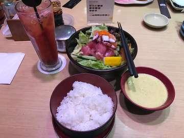 Favorite meal! Gohan aka Japanese rice yang lain sampingan sashimi salad + sushi tei sunset. Gohannya enak banget!! #birthdaylunch #sushitei #beachwalk #tjokindirasbirthday #772019 #foodporn #foodjourney #sushiteihalal #gohan #sashimisalad #japaneserice