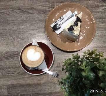 Asimilasi ☕🍰 . #coffee #coffeshop #thrlarder55 #coffeelate #kopi #kopilokal #kopinusantara #penikmatkopi #pecintakopi #manualbrew #brewing #360 #v6 #latteart #coffeeart #like #lfl #bandungkuliner