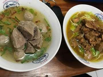 Follow @tia_aning 💜  Siapa yang tidak kenal dengan mie legendaris Indonesia yaitu Mie Ayam? Mie Ayam adalah makanan yang mudah ditemui di sepanjang jalan dan di kios-kios yang menjajakan Mie Ayam dengan rasa yang luar biasa enak.  Kita mungkin pernah berfikir tentang asal-muasal makanan legendaris yang nyaris selalu ada di sepanjang jalan, hehe apakah asalnya dari Indonesia? Bukan, asal Mie Ayam yang sebenarnya adalah dari China selatan namun menurut saya pastilah ada berbagai perubahan yang menyesuaikan dengan selera dan adat di Indonesia.  Mie Ayam yang konon berasal dari negeri China ini bisa masuk ke Indonesia karena banyaknya penduduk China jaman dulu yang merantau hingga sampai ke negeri kita Indonesia ini.  Mie Ayam adalah Mie kuning atau bisa juga mie lain yang direbus lalu diberi potongan ayam yang sudah dibumbui dan diberi potongan-potongan sawi, sedikit minyak sayur dan kadang ada juga penjual Mie Ayam kreatif yang menambahkan pangsit, jamur atau mungkin juga bakso di Mie Ayam buatannya yang menambah ramai di mulut saat makan Mie Ayam yang benar-benar seger dimulut.  #mieayam #mie #kuliner #bakmieayam #miegoreng #foodies #bakmie #kulinerindonesia #food #kulinersurabaya #bakso  #pangsitgoreng #foodgram #infokuliner #noodles #mieayambakso #kulinernusantara #kulin #foodlover #miesayur #pangsitkuah #miesehat
