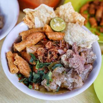 Good morning from Bogor.  Ini loh makanan khas kota Bogor favourite nya kokoh #drummerkuliner.  Soto Mie. Ini versi dari Soto Mie Mang Jamal yang berlokasi di jalan Siliwangi , tepat nya di deket Royal Bakery, di kaki lima sebelah Cakwe Medan.  Ini one of the yummiest soto mie yang pernah kokoh makan , dengan topping daging sengkel & urat sapi yang empuk , risol my crunchy , kuah nya juga medok & enyakkk, very recommended by me #kokohdrummersukak 😍😍😍. 📸 soto mie bang jamak idr 13K. . Yang lagi ke Bogor mampir ya kesini. . #breakfast  #yummy #delicious #noddle #bakmi #pangsit #wonton #lunch #bakso #latepost #jakarta #bogor  #indonesia #pasta #noodles #soup #wonton #beef  #bakmilover #food #foodporn #foodstagram  #foodphotography #foodphotographer  #coffeetime  #jktfoodies #jktfoodbang #photooftheday