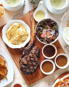 Salah satu menu sharing yang bisa kalian pesen nih kalo lagi di @chakravenue ; namanya Tomahawk Steak 🥩 Steaknya disajikan dengan Potato Gratin yang endesh banget, Salad yang fresh 🥗, dan 3 macam house special sauces; Mushroom, BBQ, dan Blackpepper. Jangan lupa, buat pesen medium ya buat wellness nya 👌🏻 Yuk cobain! — #eatandcapture #jktfoodbang #chakravenue #chakrabsd #bsdcity #thebreeze #thebreezebsdcity #jktinfo
