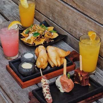 "[ROCK BAR BALI] Salah satu tempat paling asik di Bali buat nikmati sunset 🌥. Lokasi nya ada di Rock Bar satu lokasi dengan Ayana Hotel. Untuk masuk kesini gak dikenakan tiket masuk tapi tiap orang harus beli 1 menu. Yang paling seru kalau mau turun ke Rock Bar nya bakal pake gondola 😆😆. . . . Rock Bar Bali 📍Lokasi : jl. Karang Mas, Bali ⏰16.00-02.00 ✏️Triple Ice Cream 💰95.000 ✏️Fried Bananas 💰75.000 ✏️Nachos 💰95.000 ✏️Guava, Mango, Orange Juice 💰100.000/ glass . Ojo lali pencet ❤️ lan tag ning konco""👇🏻👇🏻"
