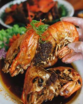 """<M U S T> - BEST SEAFOOD IN TOWN? Beberapa kali dapet pertanyaan """"seafood paling enak di Jakarta dimana sih?"""", serius, ini bisa jadi satu pertanyaan yang paling gampang aku jawab karena aku sensitif banget sama seafood, buat aku, the best of the best di Jakarta itu OMA SEAFOOD! Ini tiga jagoan aku disini (sesuai swipe foto ya): KEPITING JUMBO ASAP, IKAN KERAPU MACAN STEAM ALA OMA dan UDANG GALAH! Dari segi seafoodnya fresh banget, kepitingnya meaty & isinya banyak dan aku suka mereka masaknya pake daun pisang, jadi pas cooking process ngiket aroma & rasa makanya bumbunya meresap! Dari segi harga per ons & isinya worth it lah, IKAN KERAPU MACAN mereka itu yang TERWAJIB, gila aku gak ngerti emphasize segimana aku suka itu: racikan bumbunya rich & wangi banget dan enak banget dimakan pake nasi, daging ikannya lembut (well kerapu macan anyway), and as you guys see from the last pic: UDANG GALAHNYA BESAR & SEGER BANGET! Tadinya aku pikir bakalan keras, tapi ternyata tergolong lembut compared to ones I've tried, dan GAK AMIS! . PS: Oma Seafood ini ada di daerah Meruya ya, bener-bener wajib banget, aku kasih rate 9/10: kualitas makanan oke banget, servis bagus (lumayan attentive), mendingan kalo mau kesini plan aja or reserve dulu soalnya kalau malem-malem syukur-syukur dapet seat, waiting listnya gokil 👌🏻✨ // Instagram: @omaseafood"""