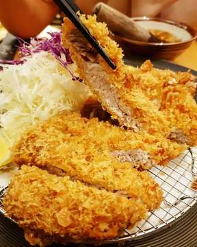 Aassshiiiiappp ini enak banget! @katsutoku.id pork katsunya gendengg enaknya luar biasa.  Super authentic katsu ini, tmptnya emang mungil kecil tp jam makan itu selalu ngantrinya ampun2an deh!  #Eatineraryid #Katsutoku #Porkkatsu #Katsu #Japanesefood