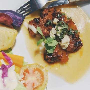 Selat sirloin beef bakar madu makanan fav ku di solo🤙🏻🤙🏻 • •  #food #foodporn #foodphotography #foodgasm #dailyfood #kuliner #kulinersolo #soloculinary #infokuliner #wisatasolo #soloinfo #solotravel #soloeatery #yummy #tasty #omahselatgallery #selatsolo #selatsoloenak #makanansolo #eatwithmiti