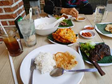 Sekali2 ng date siang2 🍛🍖🍹@ayamgeprekistimewa  #lunch #makansiang #instafood #ayamgeprekistimewa #ayamgeprek #tempemendoan #bakwanjagung #igabakar #doublelychee #estehmanis #airmineral