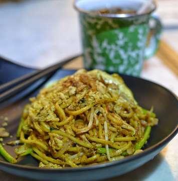 Mie Mamak . Semacem mie goreng ala jawa yang rada bece' bece' gituh.... Pake terasi dikit  biar wangi trus isinya seafood and ayam... Mantabb pak buuuu.... . Mie mamak Madam rich,  puri indah mall . . #eat #makan #foodies #wtfoodies #foodphotoshoot #foodgasm #foodporn #mouthgasm #dinner #likesforlikes #likeforlike #likes4likes #like4like #foodphotography #kuliner #jktfood #nikon #miemamak #malaysianfood #enak #madamrich