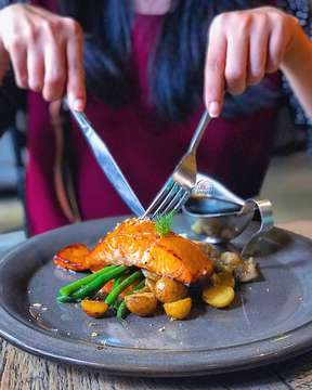 The perfectly grilled salmon is served with potato gratin, vegetabless 🍃🍃🍃 and pepper sauce SALMON AU GRATIN from @oneeightycoffee is one of those MUST TRY 👌👌👌 menu ••••••••••••••••••••••••••••••• Location : One eighty coffee 📍 jl ganeca no 3, dago, bandung