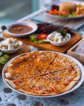 Classic margherita pizza 🍕🍕🍕 #foodshare from @nicolekitchenlounge •••••••••••••••••••••••••••••••••••••••• Vegetarian 🍃🍃🍃 pizza apalagi kalau bukan margherita, yang fresh dan simple Pizza Pizza-nya crunchy, karena woodfire pizza 🍕🍕🍕 -nya Kalau buat yang vegetarian, disini selain margherita masih ada vegetable al pesto pizza  In frame : tomato sauce, mozzarella, basil •••••••••••••••••••••••••••••••••••••••• Location : nicole's kitchen& lounge, kampoeng brasco, jl hanjawar no 1, cimacan-puncak, bogor selatan, bogor