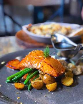 The perfectly grilled salmon is served with potato gratin, vegetables 🍃🍃🍃 and pepper sauce SALMON AU GRATIN from @oneeightycoffee is one of those MUST TRY 👌👌👌 menu ••••••••••••••••••••••••••••••• Location : One eighty coffee 📍 jl ganeca no 3, dago, bandung