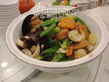 Makan malam direstoran Hakka house with family. . Menunya yg kita coba: Sop ikan (tahu+talas),udang rebus yam ha,saklon goreng,sapo tahu,sapi cah sayur asin,udang telor asin,pocai 3 macam telor. . Soal rasa bolehlah 👍🏻 . Follow ya @emangjoss . Tag teman kamu yang suka rest chinese . Follow , tag , komen n mention ( 🙏🏻🙏🏻🙏🏻🙏🏻🙏🏻 thank you) . #emangjoss#hakkahouse#kulinerkelapagading##anakgading#kuliner#kulinerjakartautara#makanenak#makanenakjakarta#doyanmakan#foodphotography#foodmania#foodmaniac#kulinerjabotabek#pergikuliner#makanmakan#makanteruss#makanmalam#bestfood#instafood#kulinernusantara#delicius#deliciousfood#foodlovers#foodgasm#culinary#foodart#foodblogger#hungry